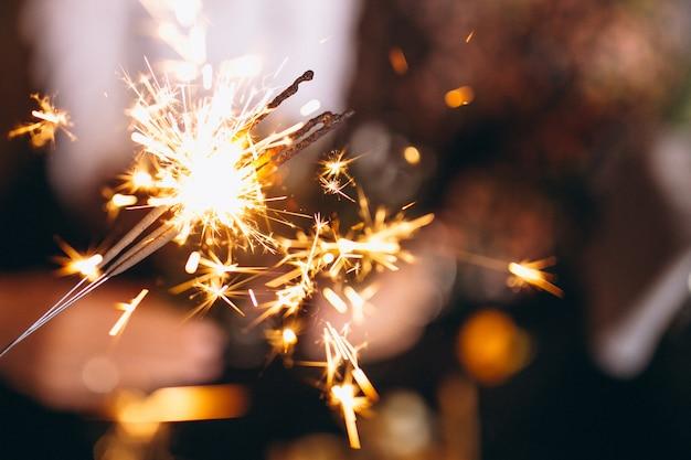 Gente, tenencia, luces de navidad Foto gratis