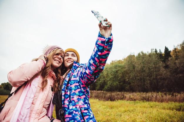 La gente toma un selfie Foto gratis