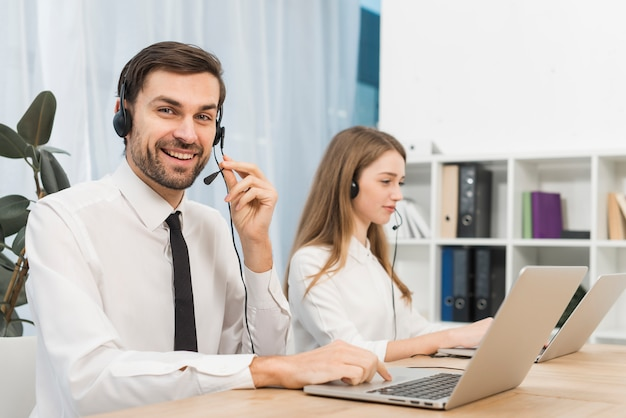 Gente trabajando en call center Foto gratis