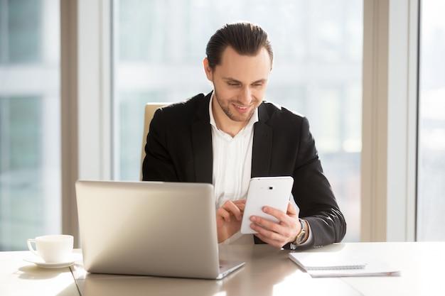 Gerente ejecutivo utilizando la aplicación móvil para la banca. Foto gratis