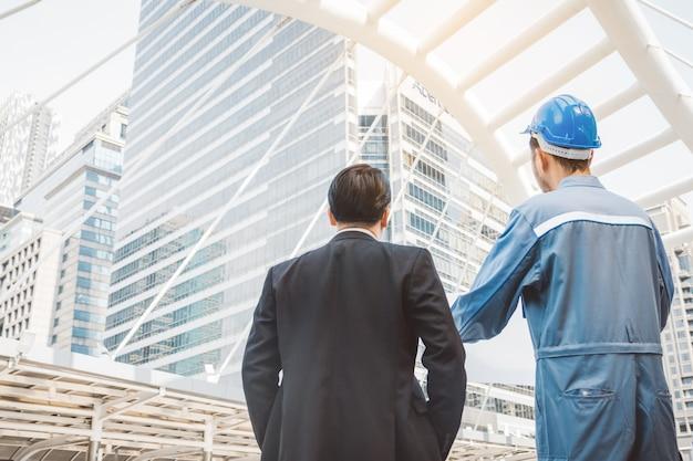 Gerente de negocios e ingeniero reunidos en el proyecto de construcción Foto Premium