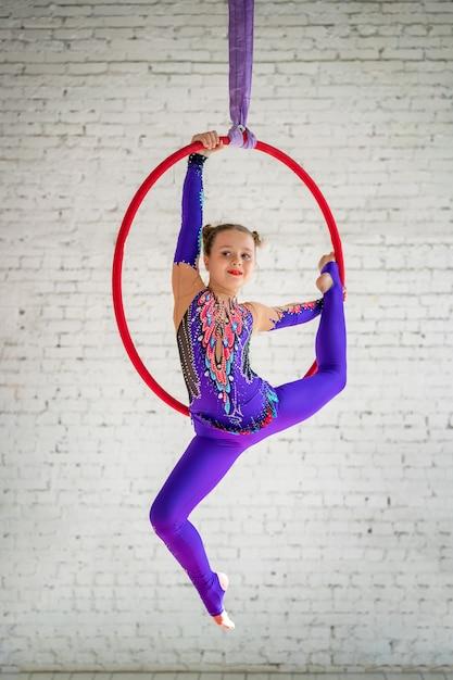 Gimnasia aérea en el círculo, una niña haciendo ejercicios. Foto Premium