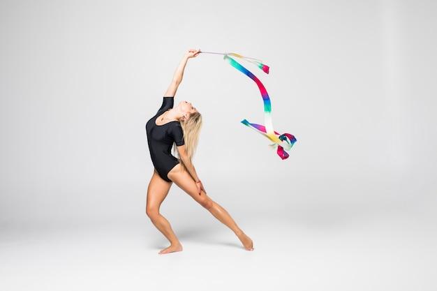 Gimnasta rítmica con cinta de gimnasia aislada Foto gratis