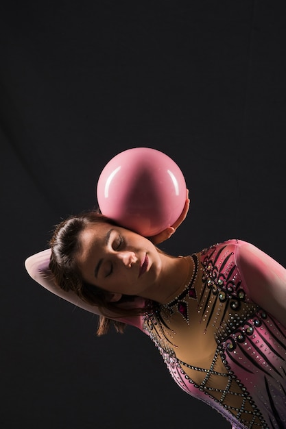 Gimnasta usando la pelota Foto gratis