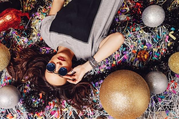 Glamorosa mujer de fiesta con gafas de sol Foto gratis