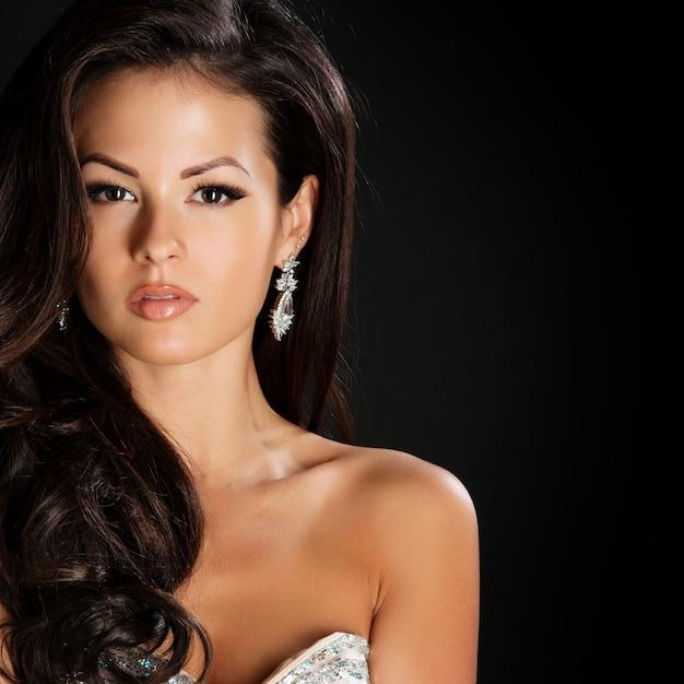 Glamour hermosa mujer con cabello castaño belleza Foto Premium
