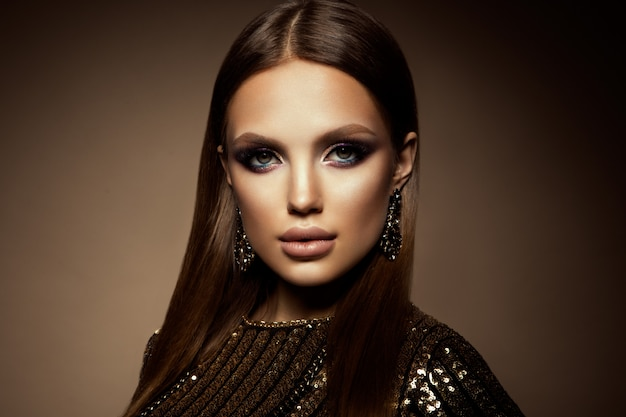 Glamour retrato de mujer hermosa modelo con maquillaje fresco y peinado romántico. Foto Premium