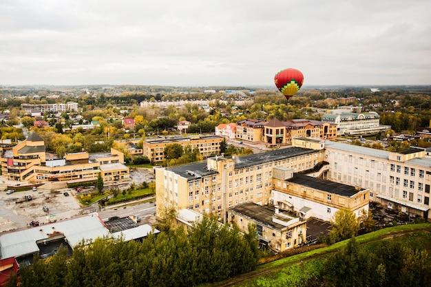 Globo aerostático sobre la ciudad Foto gratis