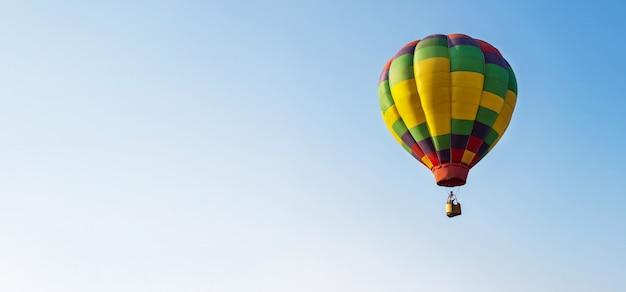 Globo en el cielo azul Foto Premium