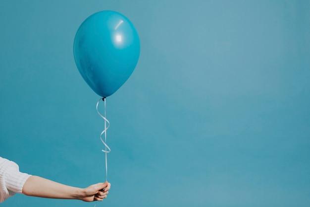 Globo de helio en una cuerda Foto gratis