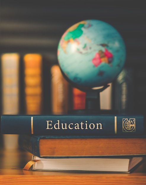 Globo del mundo en el libro. concepto de escuela de educación Foto Premium