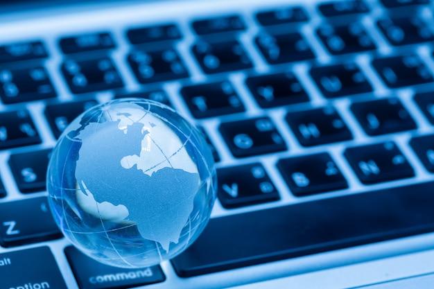 Globo del mundo y teclado de computadora Foto gratis