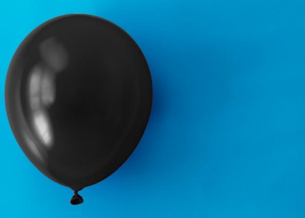 Globo negro sobre fondo azul con espacio de copia Foto gratis