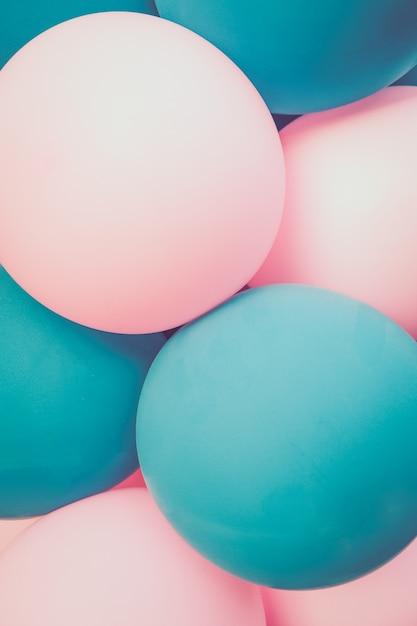 Globos de color turquesa claro y rosa. fondo. de cerca. Foto Premium