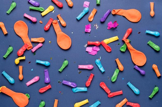 Globos de colores con confeti de colores sobre fondo azul. Foto gratis