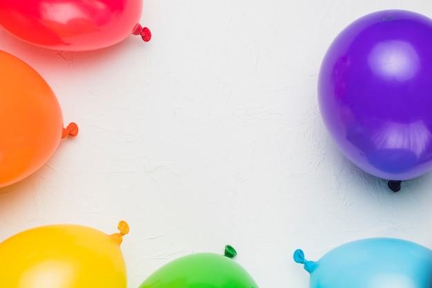 Globos de colores sobre fondo blanco Foto gratis