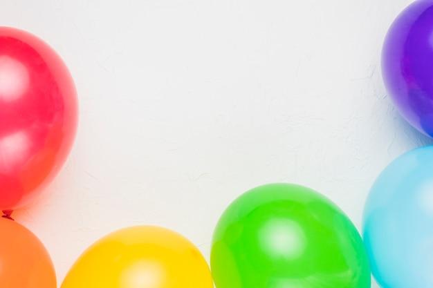 Globos multicolores en colores arcoiris. Foto gratis