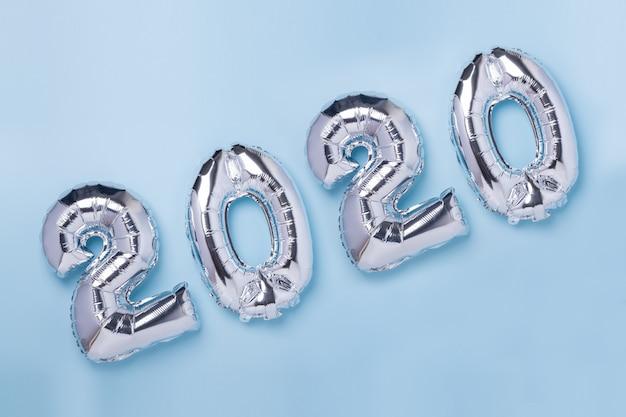 Globos plateados en forma de números 2020 en azul Foto Premium