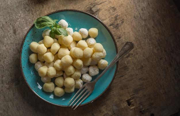 Gnocchi crudo, típico italiano hecho de papa, harina y huevo. Foto Premium