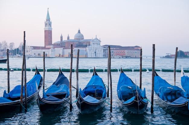 Goldola barco estacionamiento en el lagoo del gran canal de venecia, italia Foto Premium