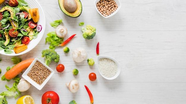 Golosinas veganas sobre fondo blanco con espacio de copia Foto Premium