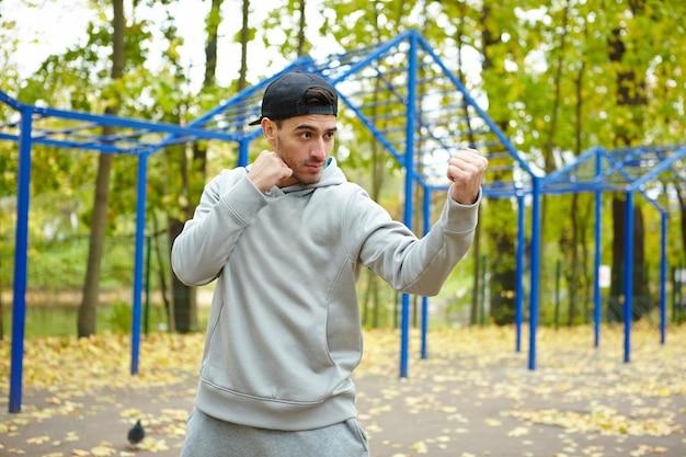 Golpe de entrenamiento al aire libre Foto gratis