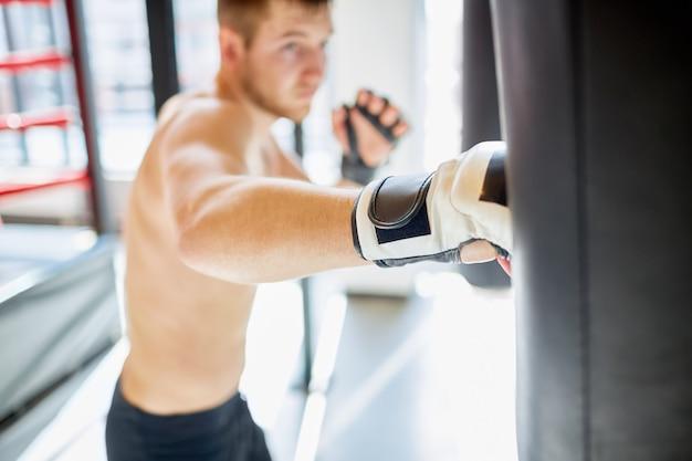 Golpe fuerte a saco de boxeo Foto gratis