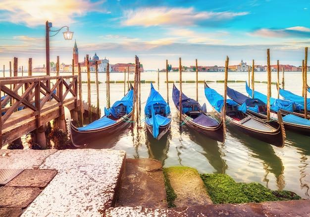 Góndolas amarradas por la plaza de san marcos en venecia, italia Foto Premium
