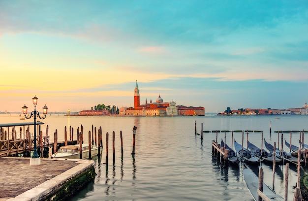 Góndolas amarradas por la plaza de san marcos en venecia Foto Premium