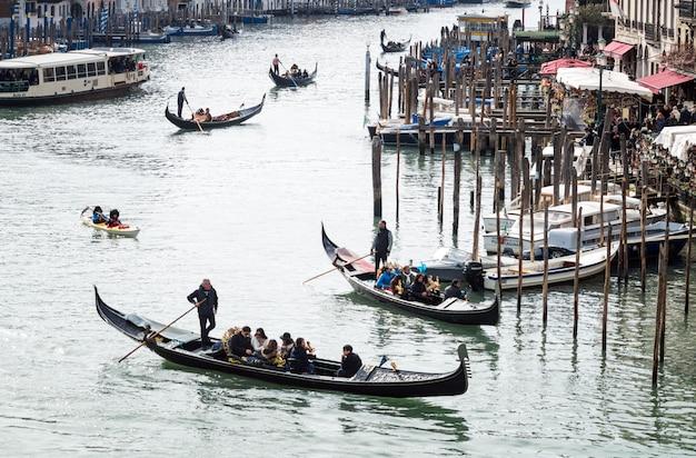Góndolas en el gran canal de venecia Foto Premium