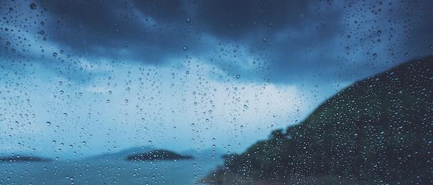 Gota de lluvia sobre el cristal automático Foto Premium