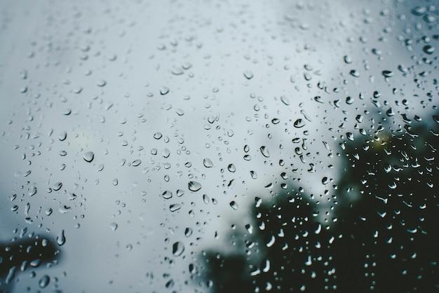 Gotas de lluvia en un día de otoño en un vaso. Foto Premium