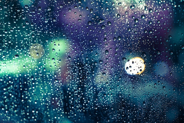 Gotas de lluvia en la ventana Foto gratis