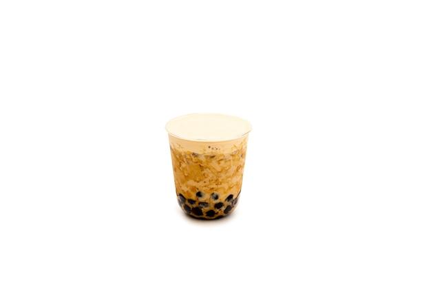 Gotee el té de la leche con crema en superior aislada en la trayectoria de recortes. Foto Premium