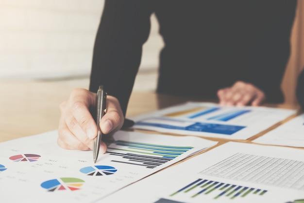 Gráfico de gráfico de pluma de empresaria en este mes para planes para mejorar la calidad el próximo mes. Foto Premium