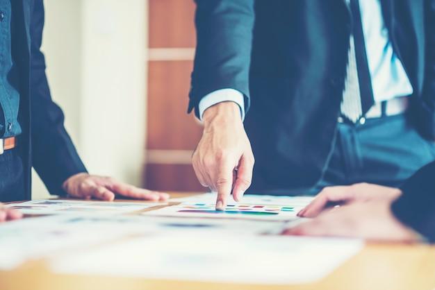 Gráficos contables de escritorio de banca comercial o analista financiero, indica en los gráficos Foto Premium