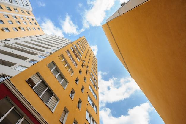 Gran angular de nuevos edificios residenciales Foto Premium