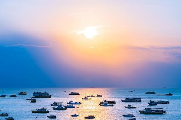 Una gran cantidad de barco o barco en el océano marino de la bahía de pattaya y la ciudad en tailandia Foto gratis