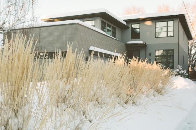 Gran casa de campo en invierno Foto gratis