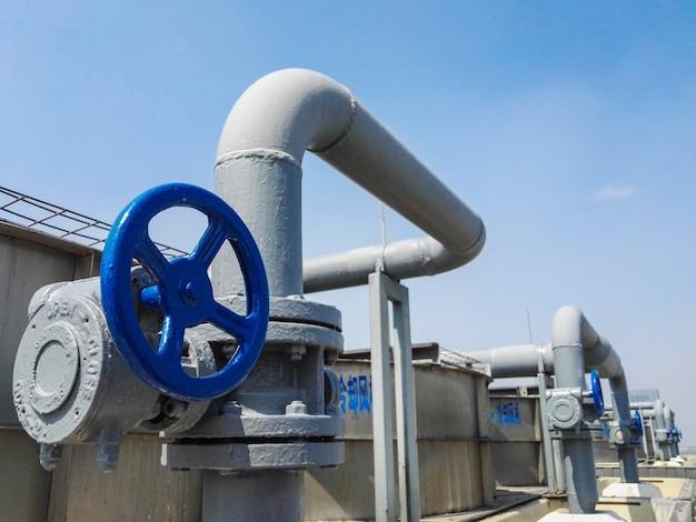 La gran central de aire acondicionado máquina de refrigeración de tubo y válvula Foto gratis