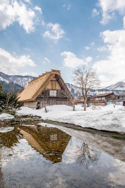 Gran choza en la nieve en shirakawago, japón Foto gratis