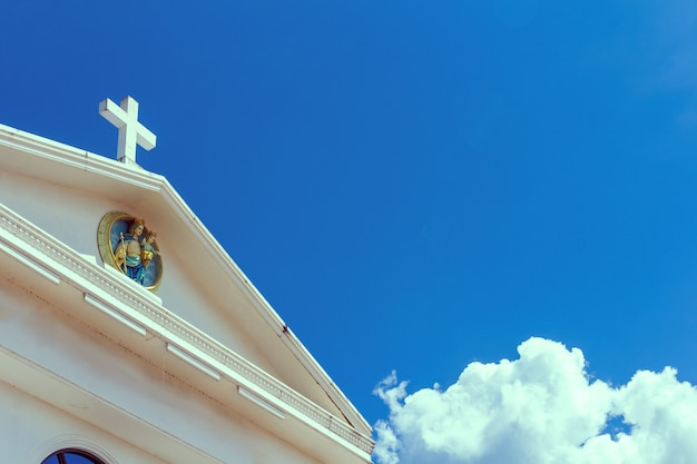 Gran cruz blanca en el cielo azul Foto Premium