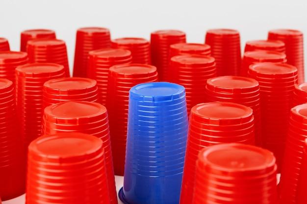 Gran grupo de vasos de plástico desechables, rojo y azul. Foto Premium