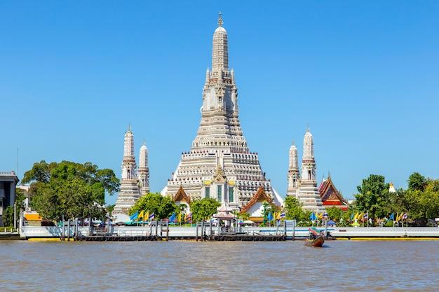 Gran hito de wat arun en la ciudad de bangkok, tailandia Foto Premium