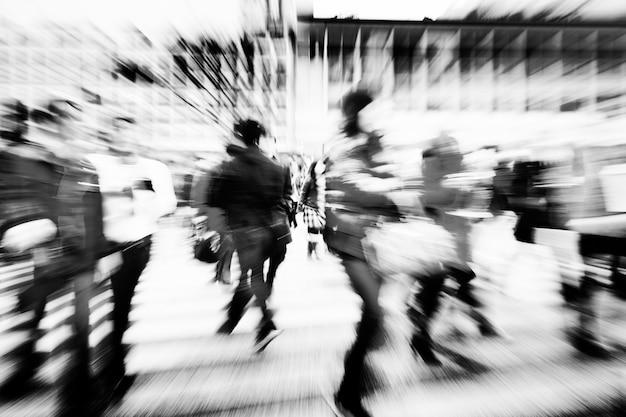 Gran multitud caminando en una ciudad Foto gratis