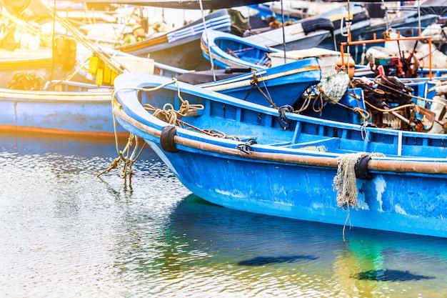 El gran puerto pesquero, lleno de barcos y arrastreros? asia. Foto gratis