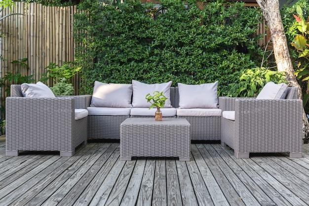 Gran Terraza Patio Con Muebles De Jardín De Ratán En El