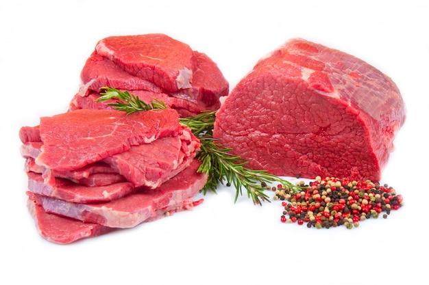 Gran trozo de carne roja y carne aislado en blanco Foto Premium