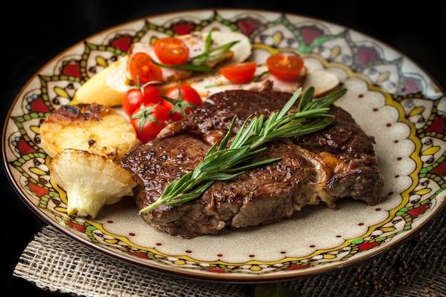 Un gran trozo de filete tostado. Foto Premium
