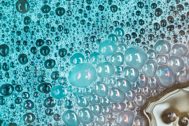 Grandes burbujas verdes en el agua. Foto gratis
